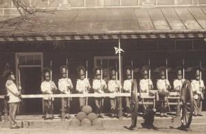 Nastoupení granátníci před velitelstvím gardy