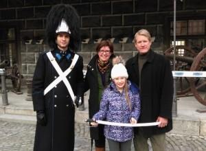 Přijetí daru v podobě zcela nové granátnické šavle od rodiny von Wallbrunnových z Českého Krumlova