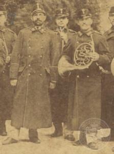 Gr. Ondřej Grill (vpravo) s kapelníkem Václavem Reitspiesem