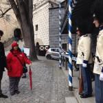 Paní Dagmar Bohdalová si prohlíží nové uniformy granátníků, Schwarzenberská granátnická garda