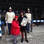 Paní Dagmar Bohdalová přijímá diplom pro patrony a sponzory Vévodské tělesné stráže v Českém Krumlově, Schwarzenberská granátnická garda