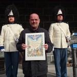 Pan Josef Pointinger přijímá diplom pro patrony a sponzory Vévodské tělesné stráže v Českém Krumlově, Schwarzenberská granátnická garda