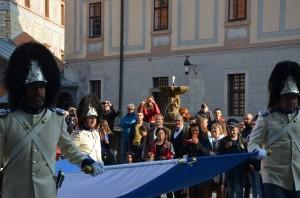 Schwarzenberští granátníci přináší prapor na Gardeplac za přihlížení spoluobčanů a Jeho Jasnosti, Schwarzenberská granátnická garda
