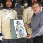 Českokrumlovský malíř a grafik Jindřich Čapek předává granátníkům svůj obraz granátníka, Schwarzenberská granátnická garda