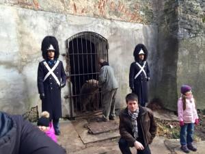 Granátníci na stráži v medvědím příkopě (foto/zdroj: Jihočeská televize)