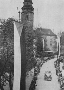O slavnostech vyvěšoval věžný na věži praporky - státní a schwarzenberský