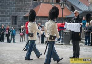 Starosta Hluboké nad Vltavou, Ing. Tomáš Jirsa předává granátníkům dar v podobě nového praporu republiky, Schwarzenberská granátnická garda