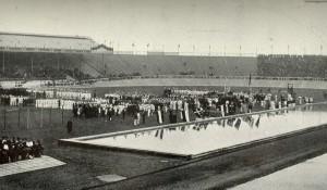 Český zemský prapor na letní olympiádě v Londýně v roce 1908 (druhá zleva)