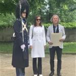 Předání pamětního diplomu pro patrony gardy manželům Petrlíkovým na letní jízdárně, Schwarzenberská granátnická garda